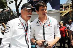 (De izquierda a derecha): Dr. Dieter Zetsche, CEO de Daimler AG con Toto Wolff, Mercedes AMG F1 Acci