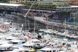 Le Barche nel porto di Monaco mentre passda Daniil Kvyat, Red Bull Racing RB11