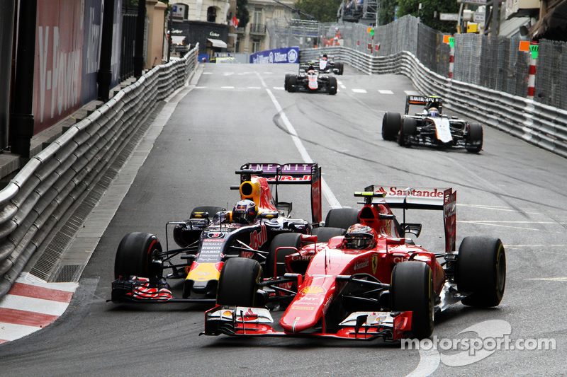 Kimi Raikkonen, Ferrari SF15-T, dan Daniel Ricciardo, Red Bull Racing RB11 battle for position