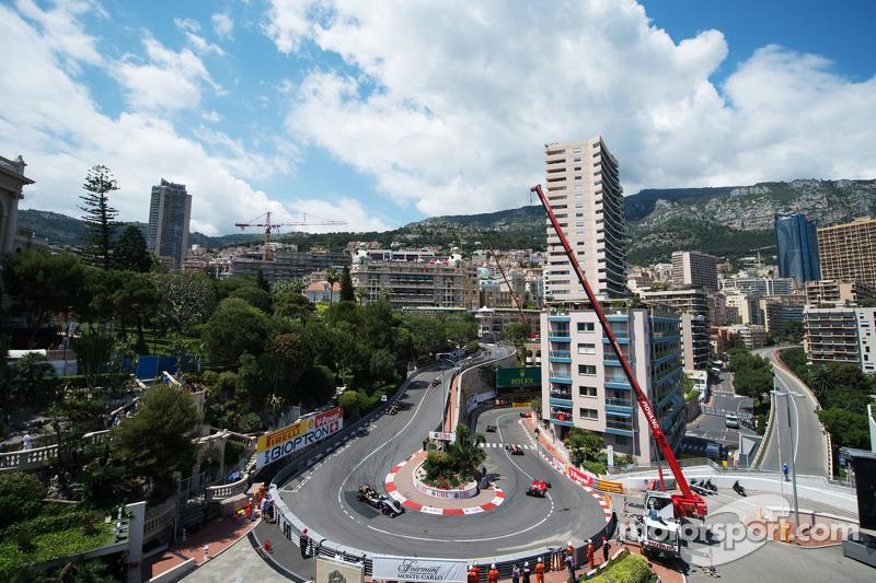 Lewis Hamilton, Mercedes AMG F1 W06 memimpin Nico Rosberg, Mercedes AMG F1 W06, dan Sebastian Vettel