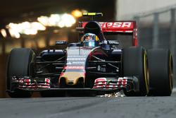 Искры из-под машины Карлоса Сайнса мл., Scuderia Toro Rosso STR10