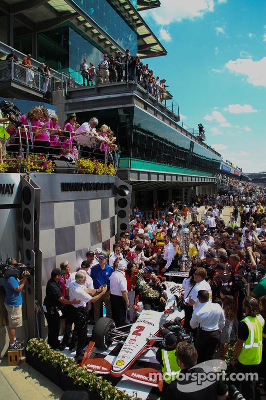 Race winner Juan Pablo Montoya, Team Penske Chevrolet in victory lane