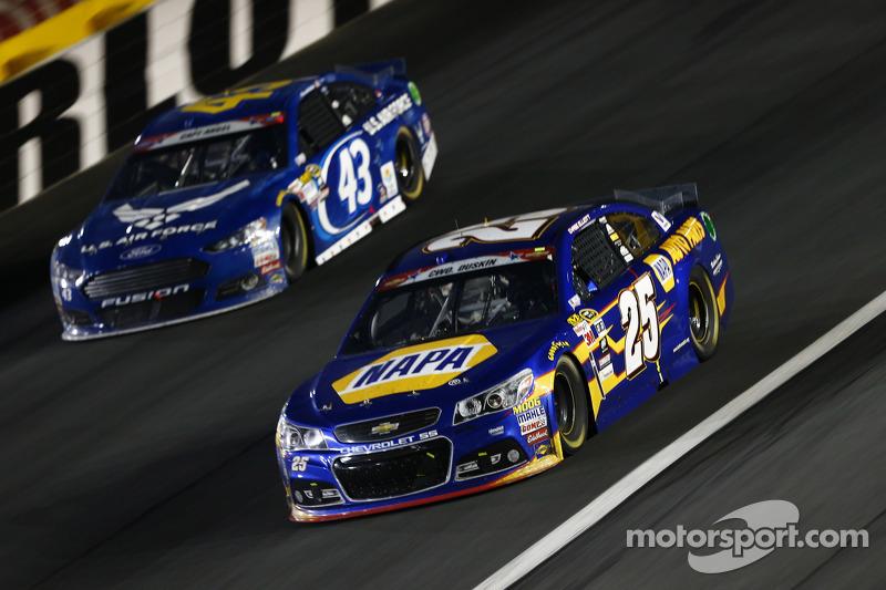 Chase Elliott, Hendrick Motorsports, Chevrolet, und Aric Almirola, Richard Petty Motorsports, Ford