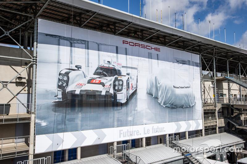 Porsche-Werbebanner über dem Fahrerlager