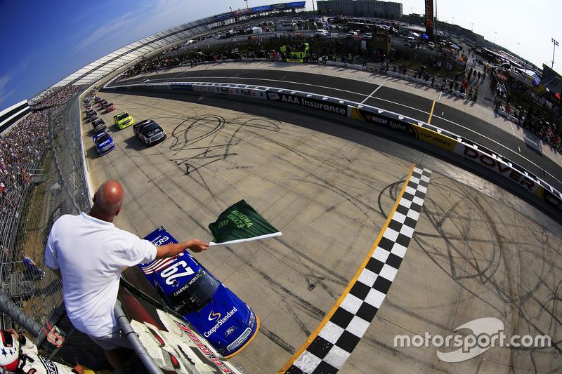Start: Ryan Blaney, Brad Keselowski Racing Ford memimpin