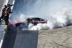Juara balapan Chris Buescher, Roush Fenway Racing Ford merayakans