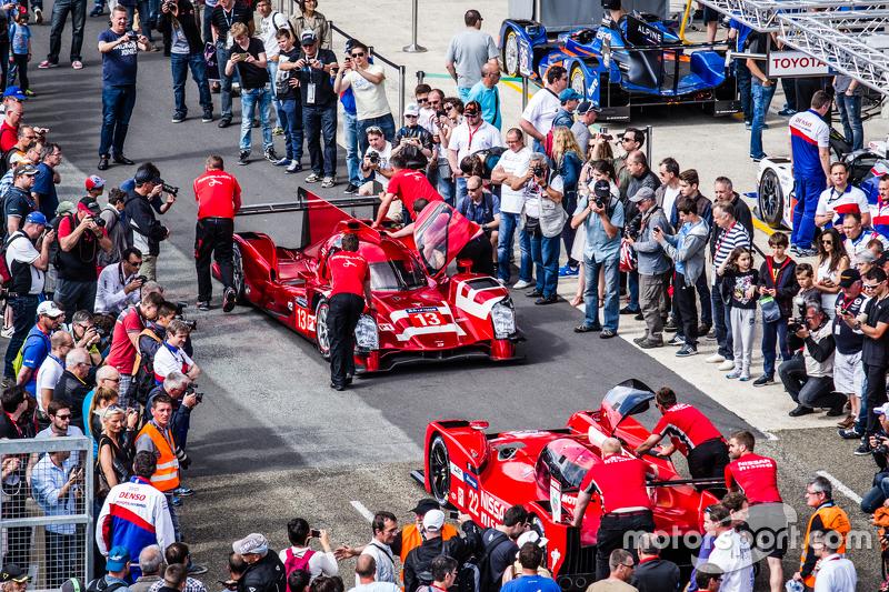 Kerumunan penonton di pit lane setelah pemotretan mobil