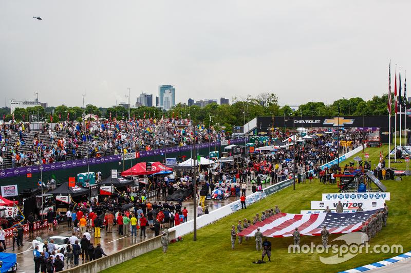 Mobil-mobil ditutupi saat pra-balapan
