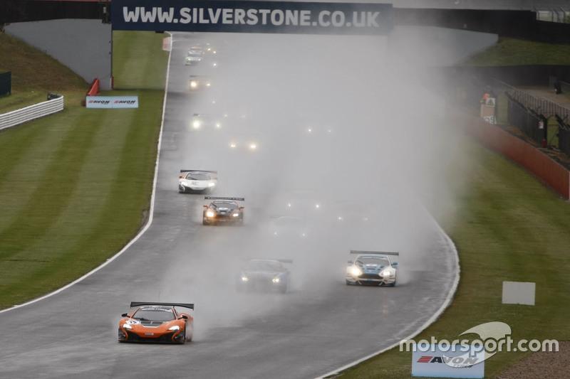 Start: #12 Von Ryan Racing McLaren 650S: Gilles Vannelet, Adrian Quaife-Hobbs memimpin
