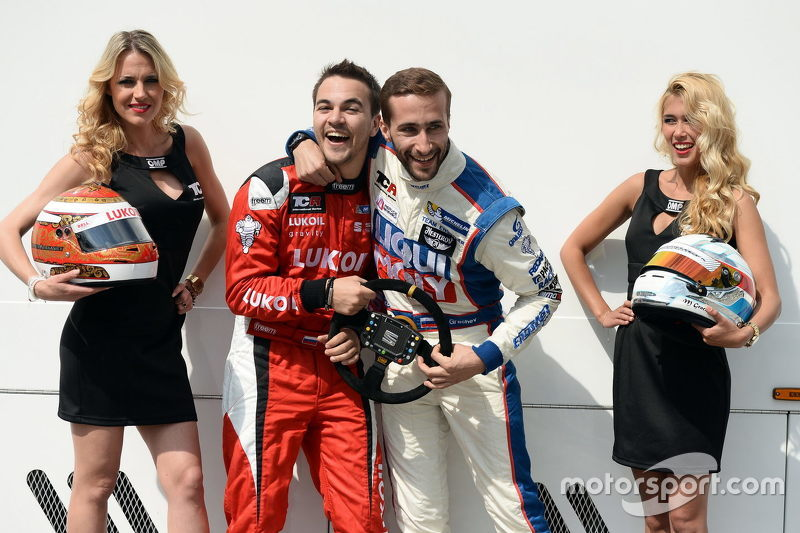 Sergey Afanasyev, SEAT Leon, Craft Bamboo Racing LUKOIL, dan Mikhail Grachev, Audi TT, Liqui Moly Team Engstler bersama Grid Girls