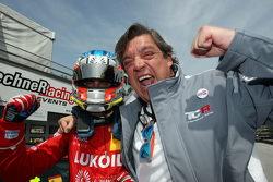 İkinci pozisyon Pepe Oriola, SEAT Leon, Craft Bamboo Racing LUKOIL ve babası