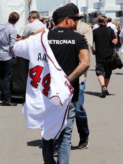 Lewis Hamilton, Mercedes AMG F1 veste um uniforme do Atlanta Braves, de Hank Aaron