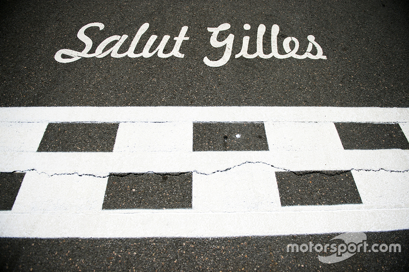 Salut Gilles tribute on the start / finish straight