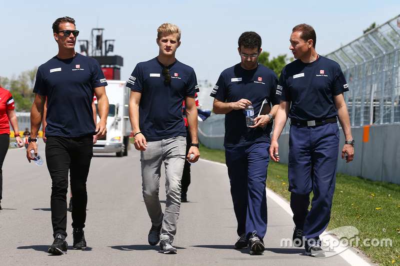 Marcus Ericsson, Sauber F1 Team walks the circuit