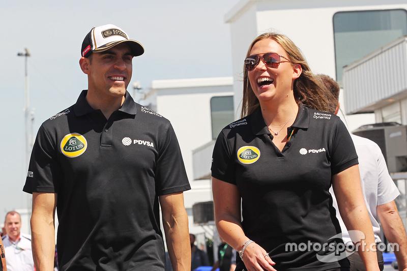 Pastor Maldonado, Lotus F1 Team, mit Aurelie Donzelot, Lotus F1 Team, Kommunikationsmanagerin