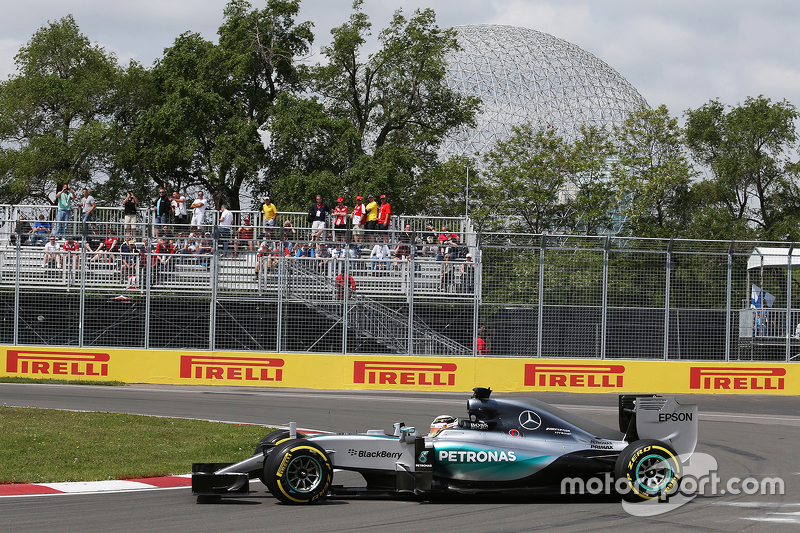 Lewis Hamilton, Mercedes AMG F1 W06 spins in the first practice session