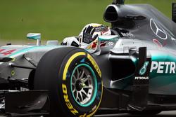 Lewis Hamilton, Mercedes AMG F1 W06 saluda a los fans
