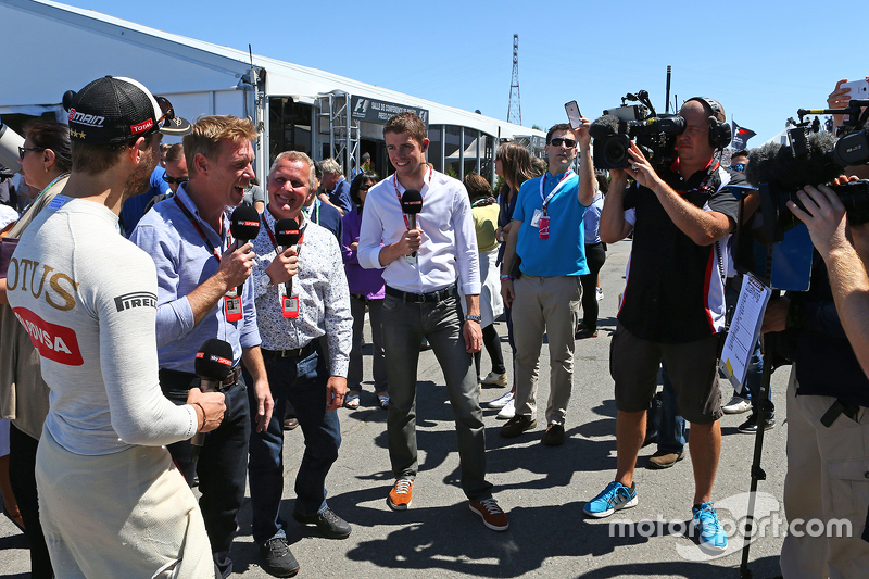 Romain Grosjean, Lotus F1 Team, mit Simon Lazenby, Sky-Reporter; Johnny Herbert, Sky-Experter, und P