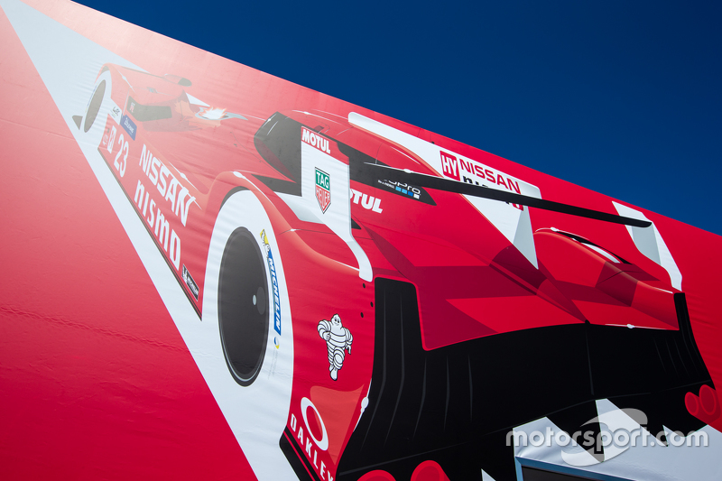 Nissan Motorsports, Transporter mit Schriftzug