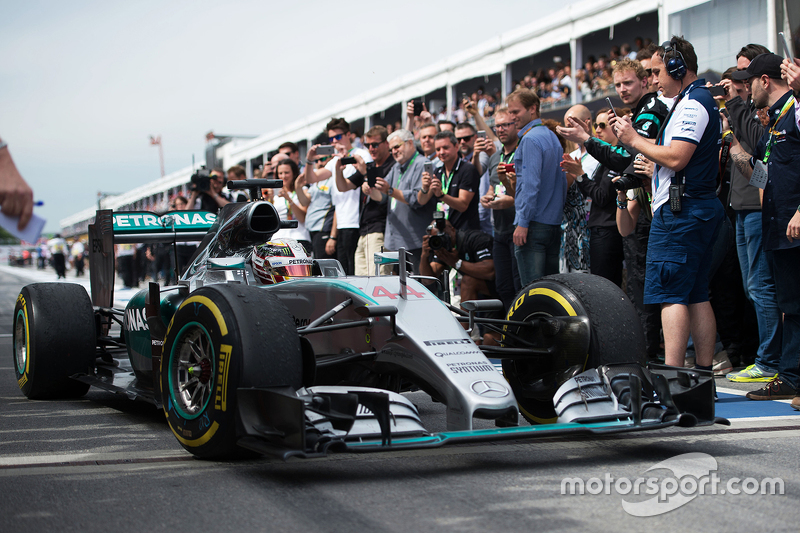 Juara balapan Lewis Hamilton, Mercedes AMG F1 W06 enters parc ferme