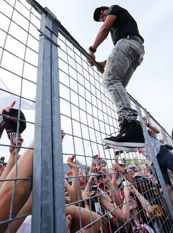 Lewis Hamilton, Mercedes AMG F1 con los aficionados al final de la carrera