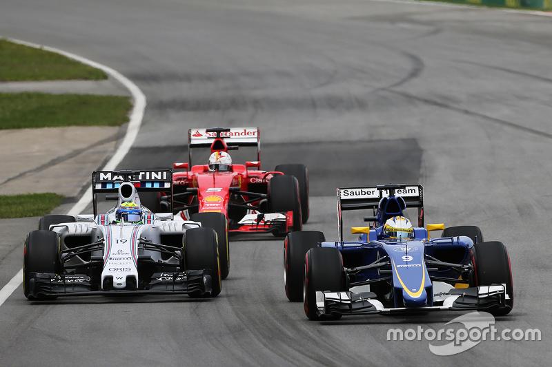 Marcus Ericsson, Sauber C34, dan Felipe Massa, Williams FW37 battle for position