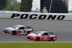 Kurt Busch, Stewart-Haas Racing Chevrolet con Ryan Newman, Richard Childress Racing Chevrolet