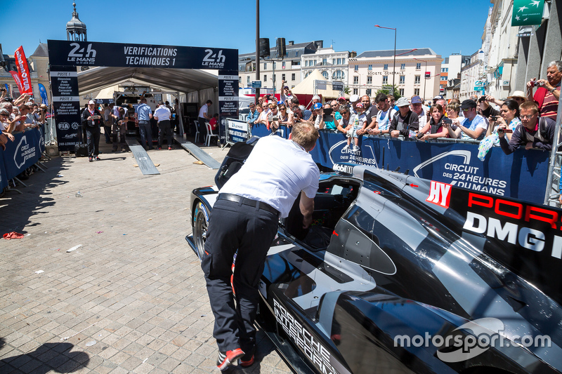 #18 Porsche Team Porsche 919 Hybrid memasuki area pemeriksaan teknis