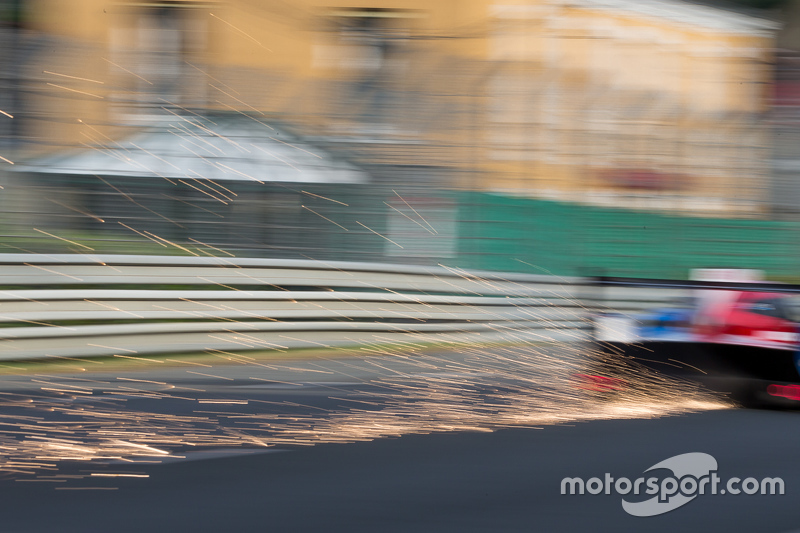 Funken fliegen hinter dem #21 Nissan Motorsports, Nissan GT-R LM NISMO: Tsugio Matsuda, Lucas Ordonez, Mark Shulzhitskiy