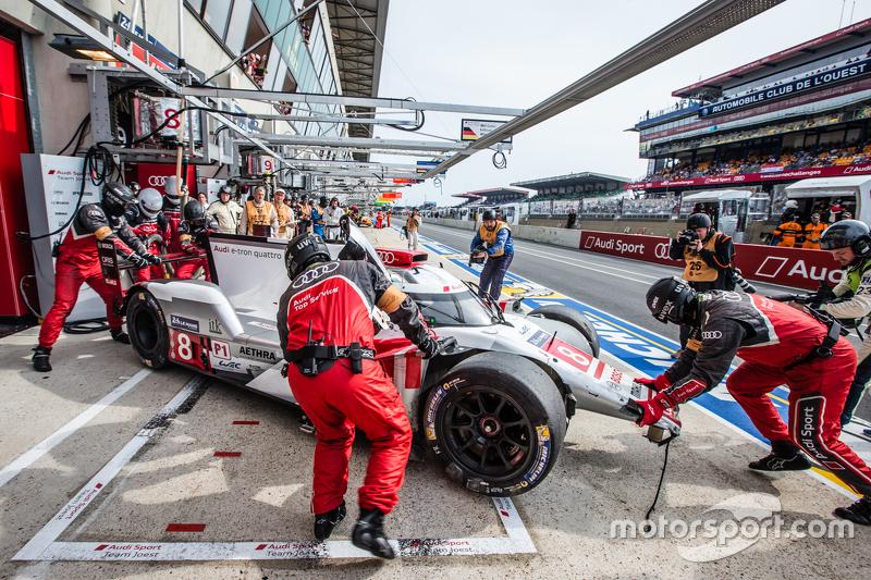 #8 Audi Sport Team Joest Audi R18 e-tron quattro: Lucas di Grassi, Loic Duval, Oliver Jarvis di pit