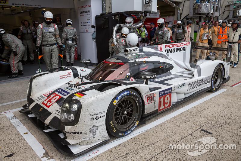 Splash, dan dash for the #19 Porsche Team Porsche 919 Hybrid: Nico Hulkenberg, Nick Tandy, Earl Bamber
