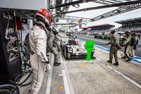 Pits para el #19 Porsche Team Porsche 919 Hybrid: Nico Hulkenberg, Nick Tandy, Earl Bamber