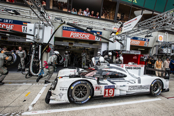 Pitstop voor #19 Porsche Team Porsche 919 Hybrid: Nico Hulkenberg, Nick Tandy, Earl Bamber