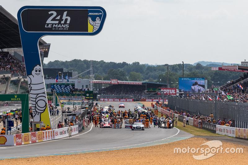 Mobil-mobil di grid sebelum balapan