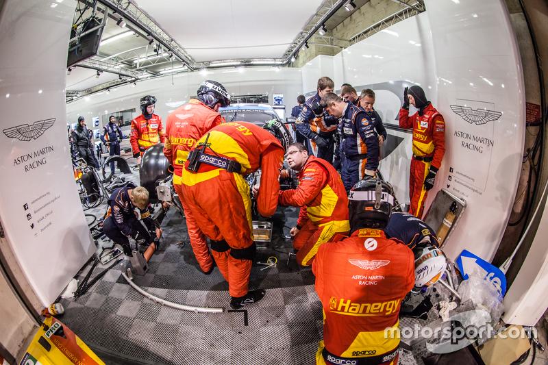 #99 Aston Martin Racing, V8 Aston Martin Vantage GTE: Fernando Rees, Alex MacDowall, Richie Stanaway mit Problemen in der Box