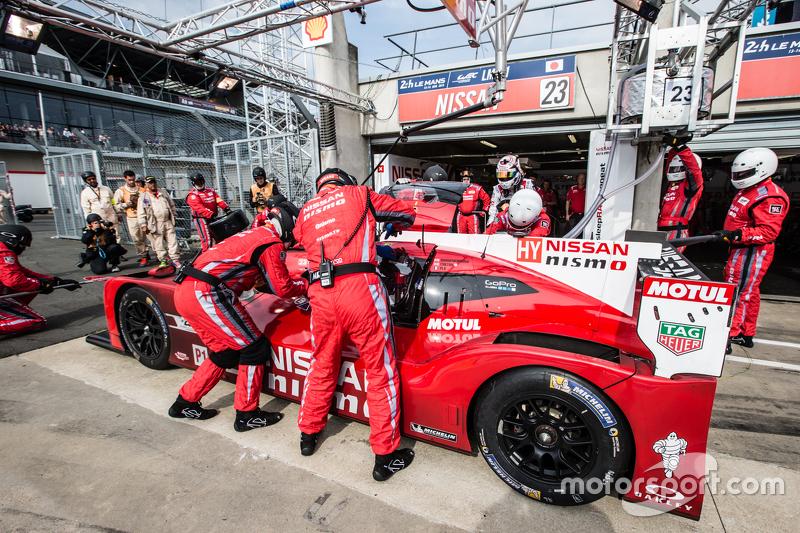 Boxenstopp für #23 Nissan Motorsports, Nissan GT-R LM NISMO: Olivier Pla, Jann Mardenborough, Max Chilton