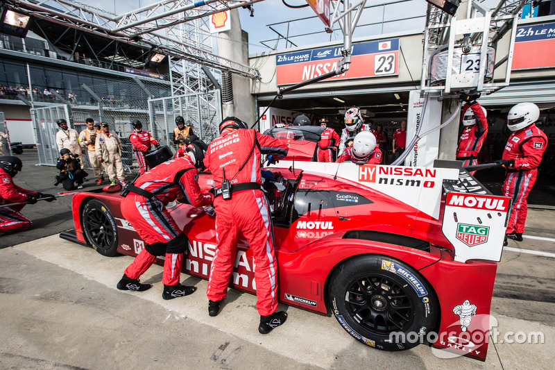 Pit stop untuk  #23 Nissan Motorsports Nissan GT-R LM NISMO: Olivier Pla, Jann Mardenborough, Max Chilton
