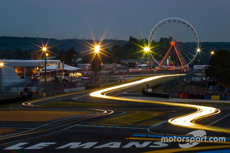 Lichter bei Nacht in Le Mans