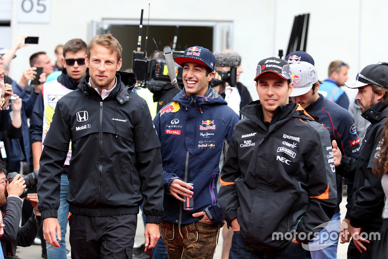 Daniel Ricciardo, Red Bull Racing; Jenson Button, McLaren-Honda, und Sergio Perez, Sahara Force Indi