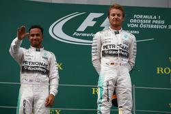 Podio: segundo lugar, Lewis Hamilton y Nico Rosberg ganador, Mercedes AMG F1