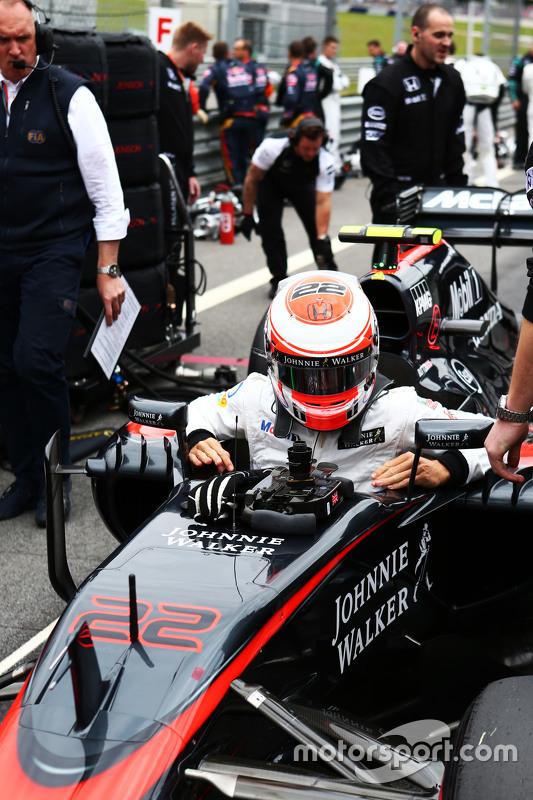 Jenson Button, McLaren MP4-30 op de startopstelling