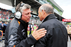 Otmar Szafnauer, Sahara Force India F1 Chief Operating Officer di grid bersama Ron Dennis, McLaren E