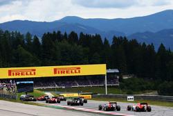 Will Stevens, Manor F1 Team, all'inizio della gara mentre Kimi Raikkonen, Ferrari SF15-T, perde il controllo della vettura davanti a lui