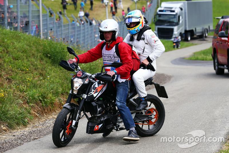 Fernando Alonso, McLaren, kehrt nach seinem Ausfall mit einem Moped zurück zur Box