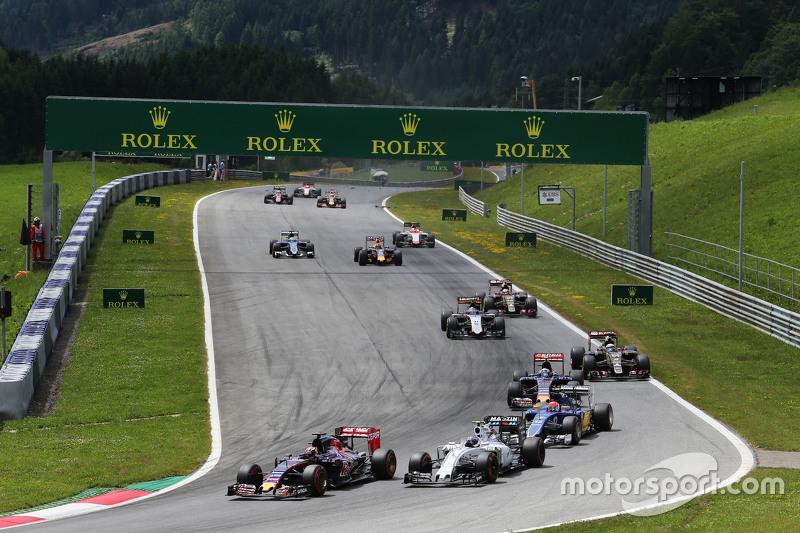 Max Verstappen, Scuderia Toro Rosso STR10, vor Valtteri Bottas, Williams FW37