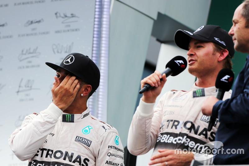 Lewis Hamilton, Mercedes AMG F1, mit Rennsieger Nico Rosberg, Mercedes AMG F1, und Gerhard Berger, a
