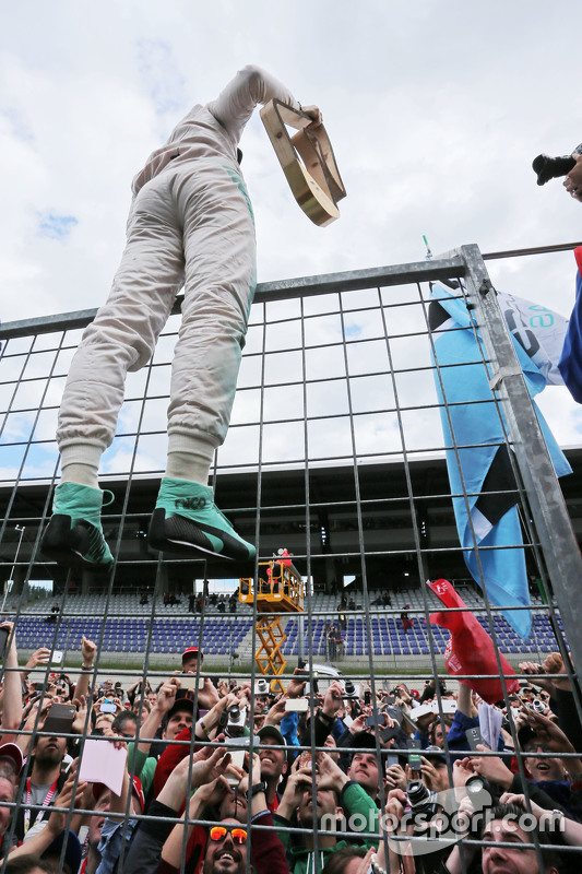 Race winner Nico Rosberg, Mercedes AMG F1 celebrates wwith the fans