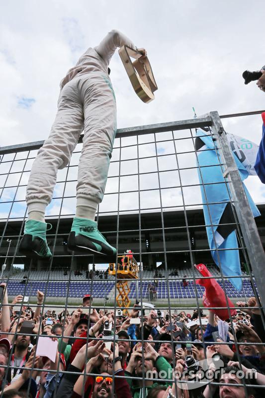 Race winnaar Nico Rosberg, Mercedes AMG F1 viert met de fans