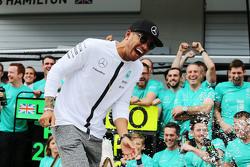 Lewis Hamilton, Mercedes AMG F1 merayakan bersama tim