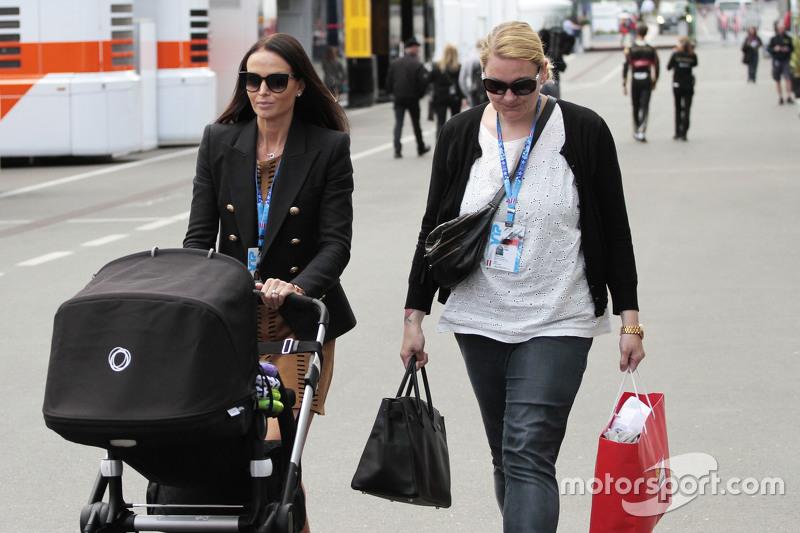 Мінтту Віртанен, подруга of Кімі Райкконен, Ferrari, з a pushchair